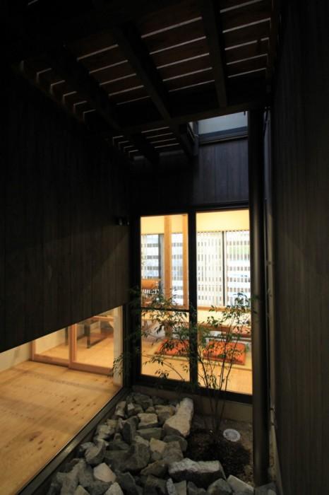 No.079_5(提供:岡本建築設計事務所)1F中庭2